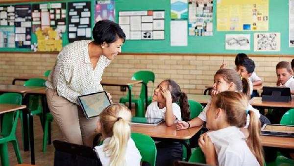 Öğretmenler için öğrencilerle iletişimi geliştirme yolları: Tutkuyla, mizahla ve eğlenceli ders anlatmak...
